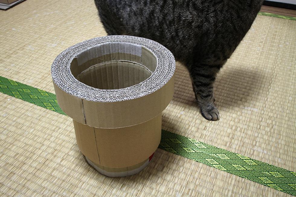 ベースの筒の片側に縁を張り付けます