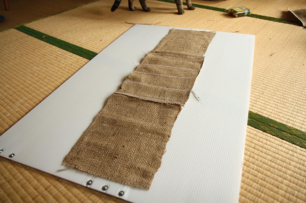 よく爪とぎする箇所の強度アップに麻布を重ねて強化