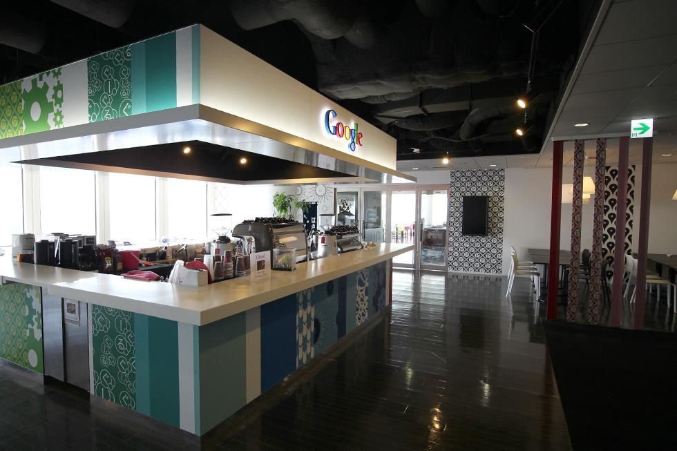Googleさんのカフェテリア。奥に「Yedo(江戸)cafe」ののぼりがちらり